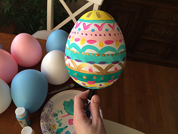 decorating-easter-egg
